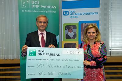 Remise du chèque à SOS Village d'Enfants Monde